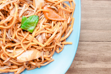 beansprouts: Vegetable chow mein on a blue plate
