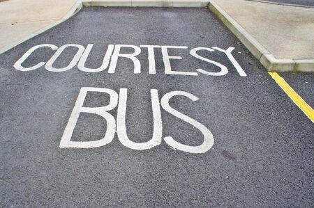 courtoisie: Un espace de stationnement pour un bus de courtoisie