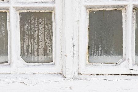 Die Kondensation von Wasser auf einem alten Fensterscheibe Standard-Bild