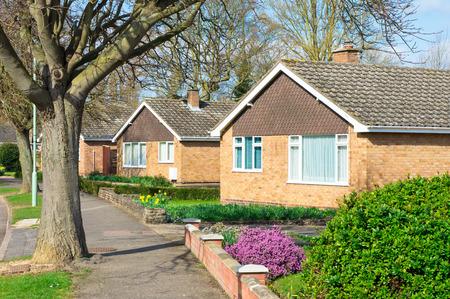 fila: Bungalows en un barrio suburbano del Reino Unido en la primavera