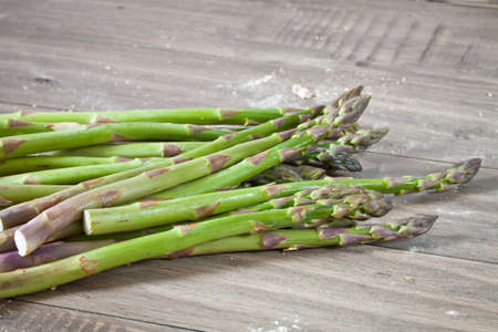 worktop: Freshly harvested asparagus on a wooden worktop Stock Photo