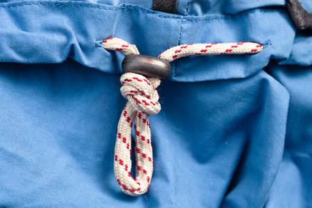 Anorak: String zum Festziehen auf einem blauen Regenjacke Lizenzfreie Bilder