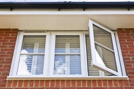 glasscheibe: Eine moderne doppelt verglaste Fenster in einem Haus gesetzt