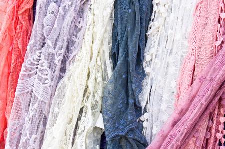 bufandas: La selecci�n de las bufandas de las mujeres a la venta en una tienda
