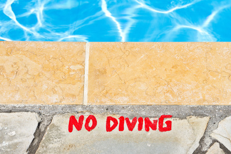 no diving sign: A warning notice against diving in a pool