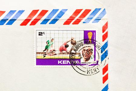 telegrama: Bury St. Edmunds, Reino Unido-15 de octubre 2014: Un sello de correos de Kenia desde 1978 en un sobre de correo a�reo