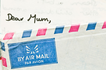 telegrama: Esquina de un sobre de correo a�reo con una carta dirigida a la mam� Foto de archivo