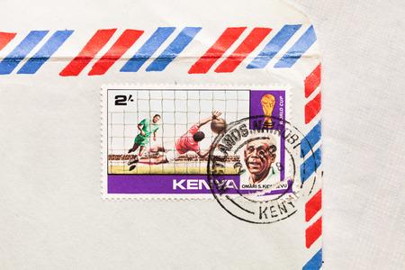 telegrama: Bury St. Edmunds, Reino Unido-15 de octubre 2014: Un sello de correos de Kenia desde 1978 en un sobre de correo aéreo