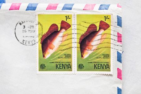 telegrama: Bury St. Edmunds, Reino Unido-15 de octubre 2014: Dos sellos de Kenia desde 1977 en un sobre de correo a�reo
