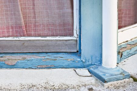 A wooden window frame showing peeling paint and wood rot Stock fotó - 43926632
