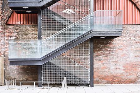 bajando escaleras: Una escalera en la pared exterior de un edificio urbano Foto de archivo