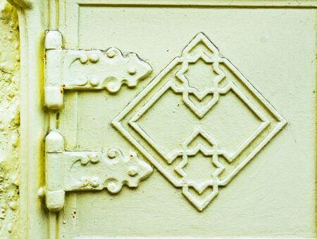 squalid: Old metal hinges on a door