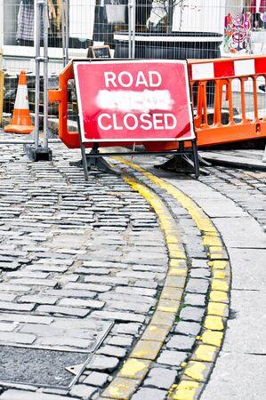 rood teken: Rood teken wijst op een weg afgesloten als gevolg van bouwwerkzaamheden Stockfoto