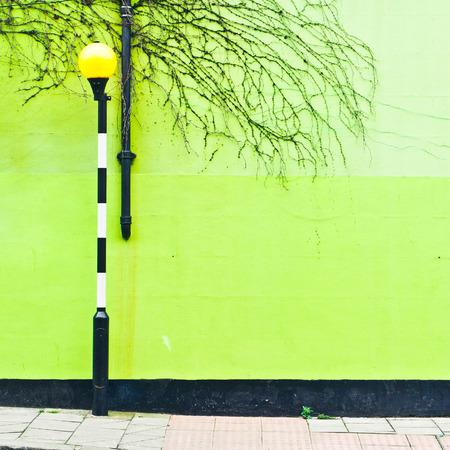 cebra: Una luz en un paso de cebra delante de una pared verde en Londres, Reino Unido