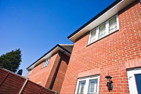 Angrenzend freistehende moderne Häuser in Großbritannien an einem sonnigen Tag Lizenzfreie Bilder
