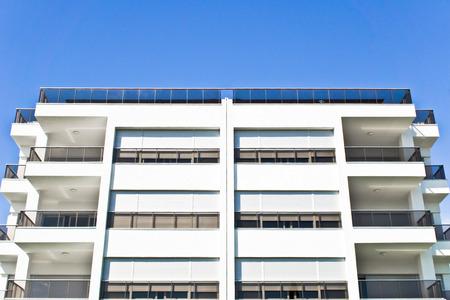 investment real state: La parte superior de un moderno edificio de apartamentos en Turquía