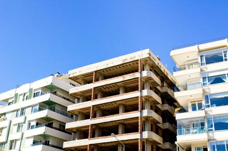 investment real state: Un edificio de apartamentos en Antalya, Turqu�a, durante la construcci�n Foto de archivo