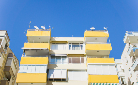 investment real state: Parte de un edificio de apartamentos de color amarillo en Turqu�a
