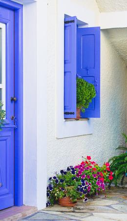 greek pot: Una bella casa greca con raccordi blu