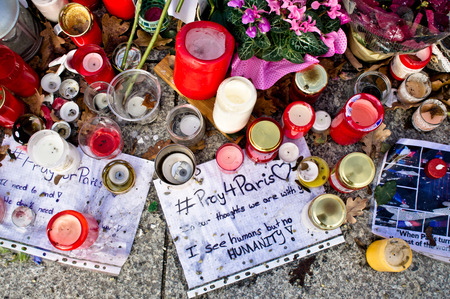 tributos: BERLIN, GERMANY - NOVEMBER 23 2015: Tributes to the victims of the recent Paris attacks on the pavement near the French Embassy in Berlin. Editorial