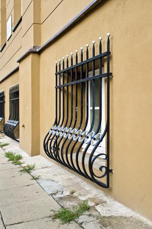 rejas de hierro forjado en el exter de un edificio urbano a pie de calle