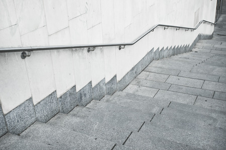 bajar escaleras un conjunto de escalones de piedra en una ciudad