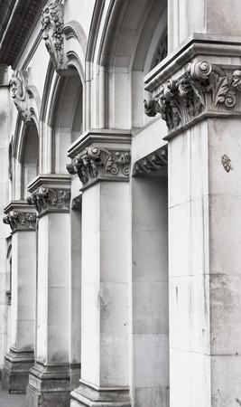 arcos de piedra: Grandes arcos de piedra en el exterior de un edificio hist�rico en el Reino Unido