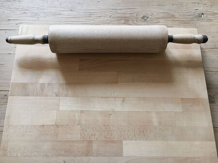 pin board: A wooden rolling pin on a cutting board
