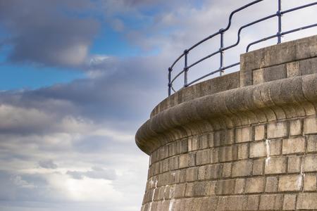 Küstenverteidigung bei Filey im Vereinigten Königreich. Ein Symbol für Stärke und Schutz. Standard-Bild - 88106091