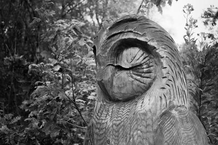 Hölzernes Schnitzen einer klugen alten Eule in Schwarzweiss gelegen im Vereinigten Königreich. Standard-Bild - 87267405