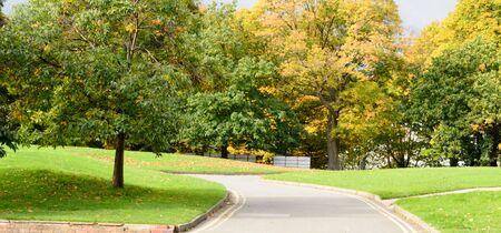 Eine Straße, die vorwärts in der Nähe von Leeds in Yorkshire im Vereinigten Königreich führt Standard-Bild - 88060608