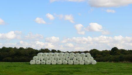 Heuballen in der Mitte eines Feldes in Leeds im Vereinigten Königreich gestapelt Standard-Bild - 88105397
