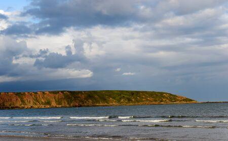 Meerblick der Klippen nahe Filey im Vereinigten Königreich. Mit Wellen im Vordergrund. Standard-Bild - 90044115