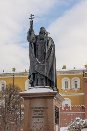 Moscou, Russie - 17 janvier 2017: Monument au patriarche de Moscou et de toute la Russie Hermogène dans le jardin Alexandre à Moscou Banque d'images - 84302897