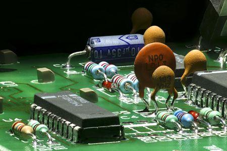 Elektronische Bauelemente auf einer Leiterplatte montiert