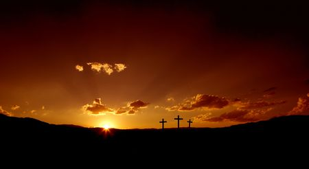 cruz roja: Sun elev�ndose sobre Christian tres cruces.