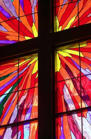 Ein Teil der ein Glasfenster mit h�lzernen Molding, die Bildung von eines christlichen Kreuzes
