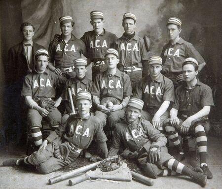 guante de beisbol: FULTON, NY - el 5 de junio de 1903: imagen hist�rica de un equipo de b�isbol en per�odo uniformes con giro de los equipos de siglo posando para una fotograf�a del equipo.  Editorial
