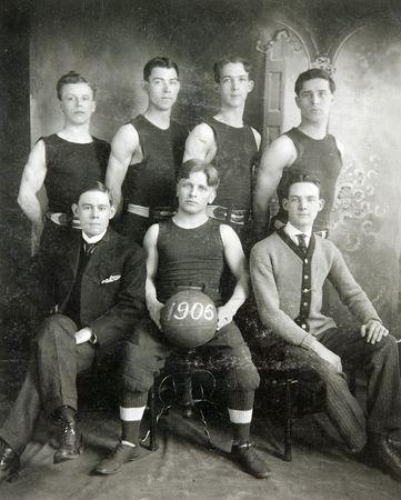 FULTON, NY-1906: historisches Bild eines Basketball-Teams mit Vintage-Uniformen und Ausr�stung posieren f�r ein Foto Team.