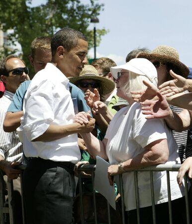 Reno, Nevada - Juni 2007: Barak Obama H�ndesch�tteln w�hrend einer Campaigh-Rallye.