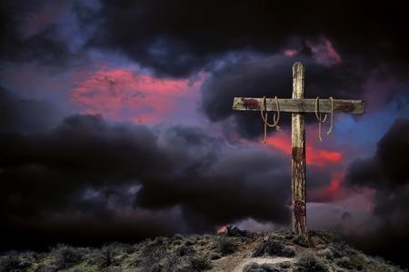 crucified: Sangrienta vac�a cruz cristiana contra el cielo nublado enojado que representa inmediatamente despu�s de la crucifixi�n de Jesucristo.