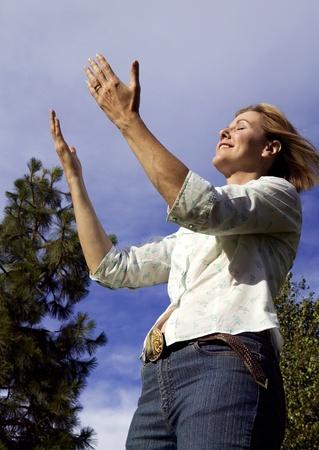 Sch�ne Frau in einer Outdoors Lob und Anbetung Lizenzfreie Bilder