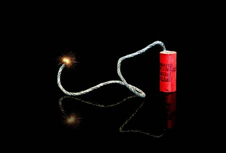 Eine beleuchtete Sicherung auf einem alten M-80 firecracker