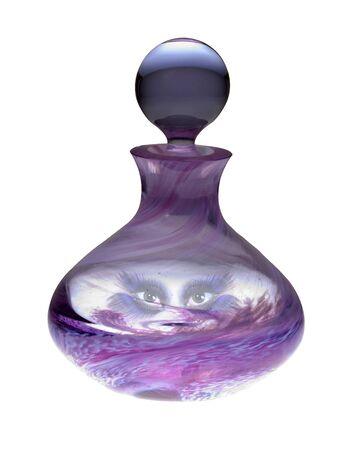 Exotische Genie Augen peering aus innerhalb einer Farbglas-Parf�m-Flasche mit einem Beschneidungspfad