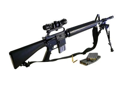 Standard US Army AR-15 A2 Sturmgewehr mit dem Lauf Zweibein und chinesischen SKS Teleskop Ort montiert. Lizenzfreie Bilder