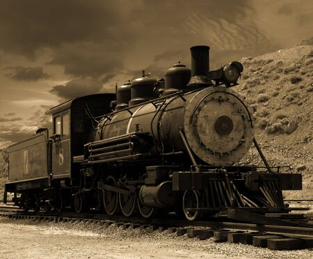 locomotora: Vieja locomotora de vapor estacionado en una vía muerta en el Comstock en Gold Hill, Nevada