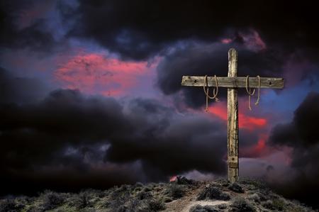 crucified: Sangrienta cruz vac�a cristiana contra el cielo nublado en representaci�n de la ira inmediatamente despu�s de la crucifixi�n de Jesucristo.