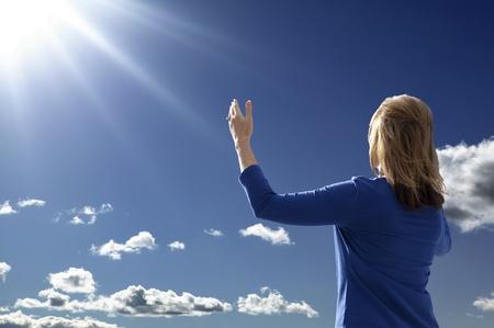 Junge Dame hob die Arme in Anbetung und Lobpreis, w�hrend mit Blick auf den aufgehenden Sonne. Lizenzfreie Bilder