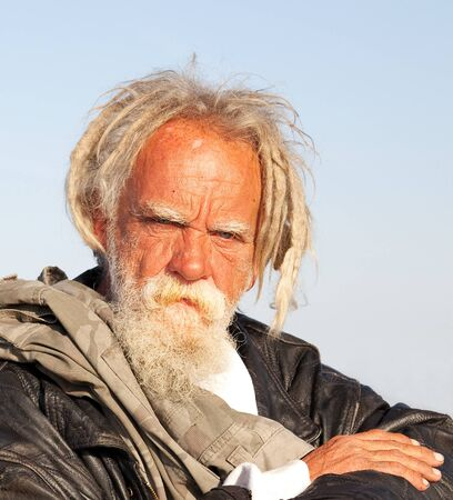 dreadlocks: Retrato de un hombre sin hogar en el sur de California Foto de archivo