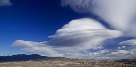 platillo volador: Gran nube lenticular viento se asemeja a un platillo volador ovni sobre la monta�a Peavine cerca de Reno, Nevada Foto de archivo